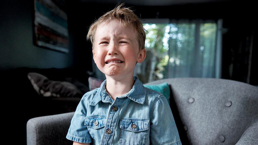 Плачущий мальчик неудача