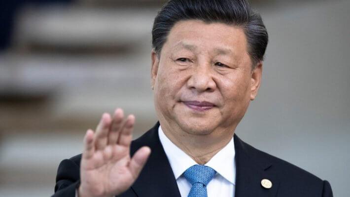 Председатель КНР Си Цзиньпин машет рукой