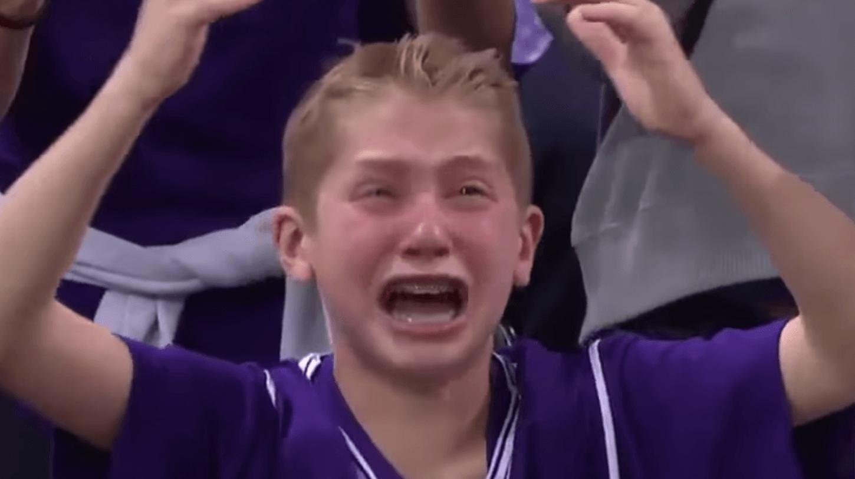 Плач мальчик крик