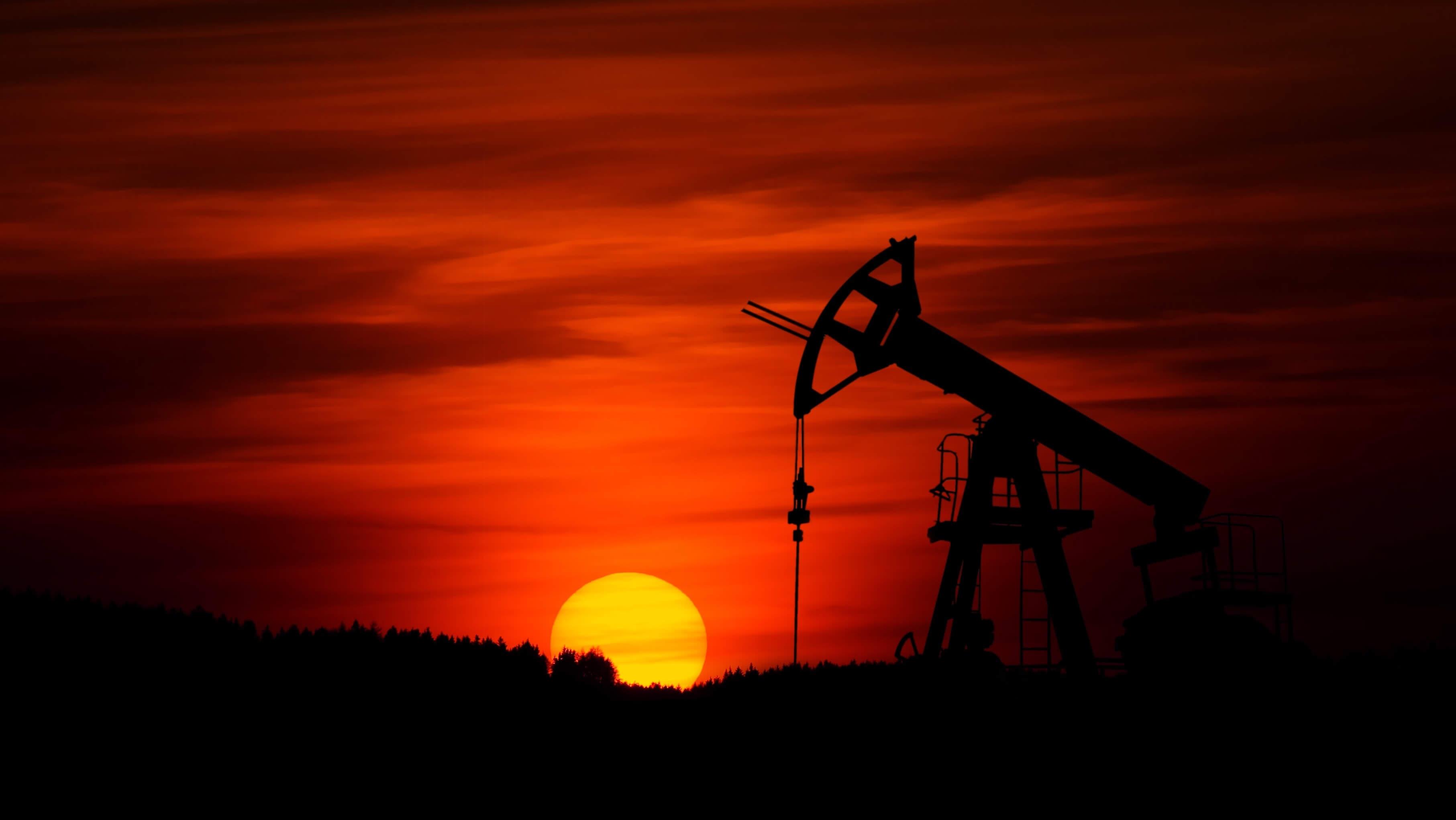 нефтяная вышка на закате brent wti