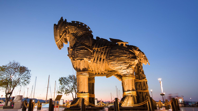 Троянский конь статуя