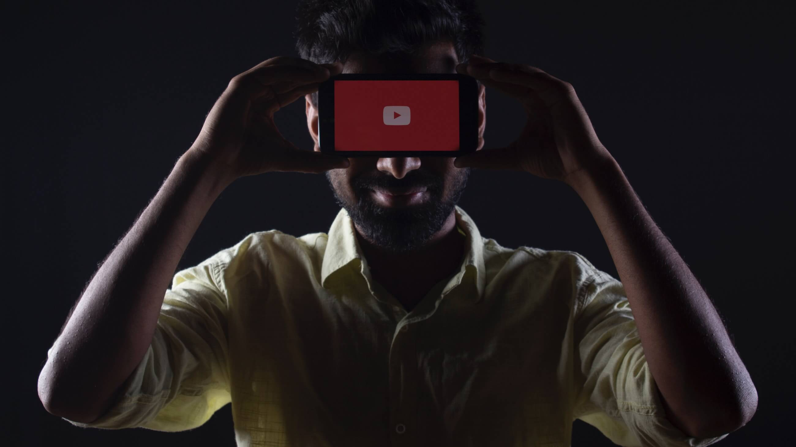 youtube цензура конфиденциальность правила видеостриминга телефон перед лицом логотип youtube
