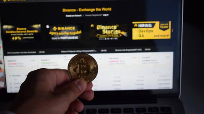 монета рука биткоин