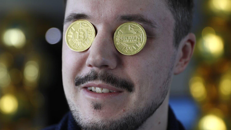глаза Биткоин монеты