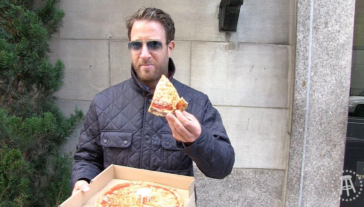 Дэйв Портной с пиццей