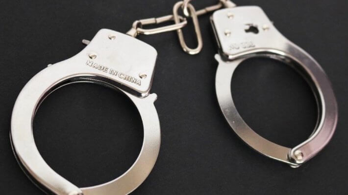 наручники арест преступник