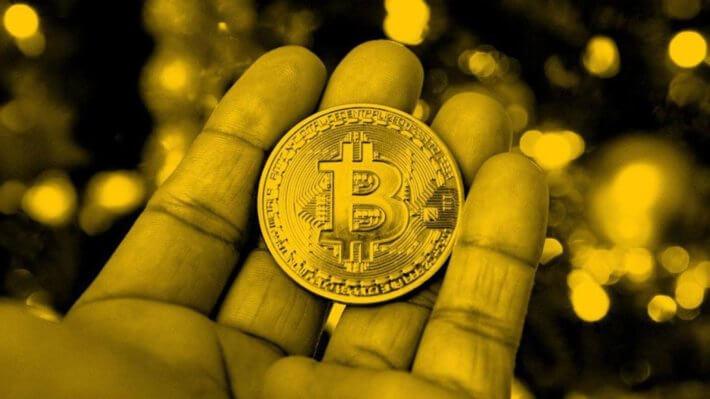 Биткоин монета рука